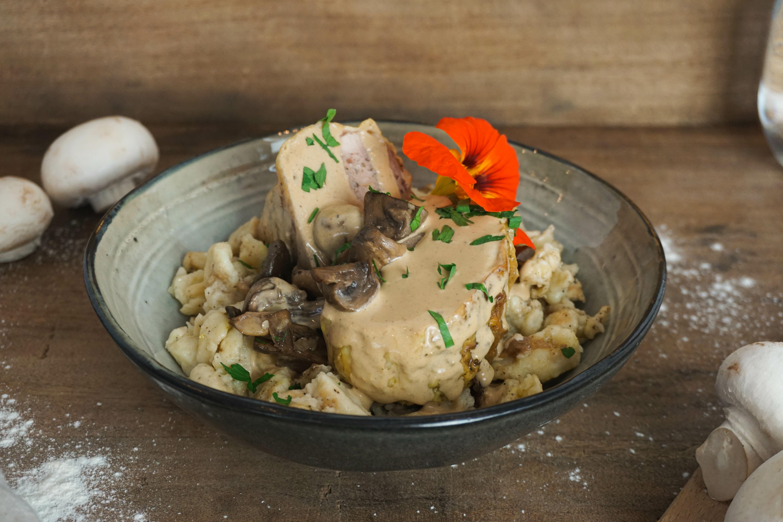 Roulade de poulet farcie aux champignons, sauce crème et spaetzle